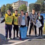 """Gli studenti del Villaggio scendono in piazza al fianco di Legambiente per """"Puliamo il mondo""""."""